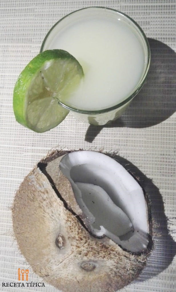 a glass of Limonada de coco