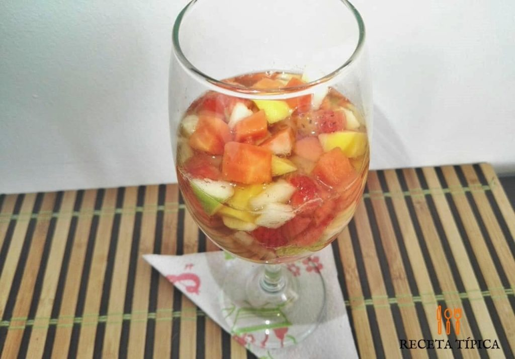 Glass with Fruit Cocktail or Cóctel de Frutas