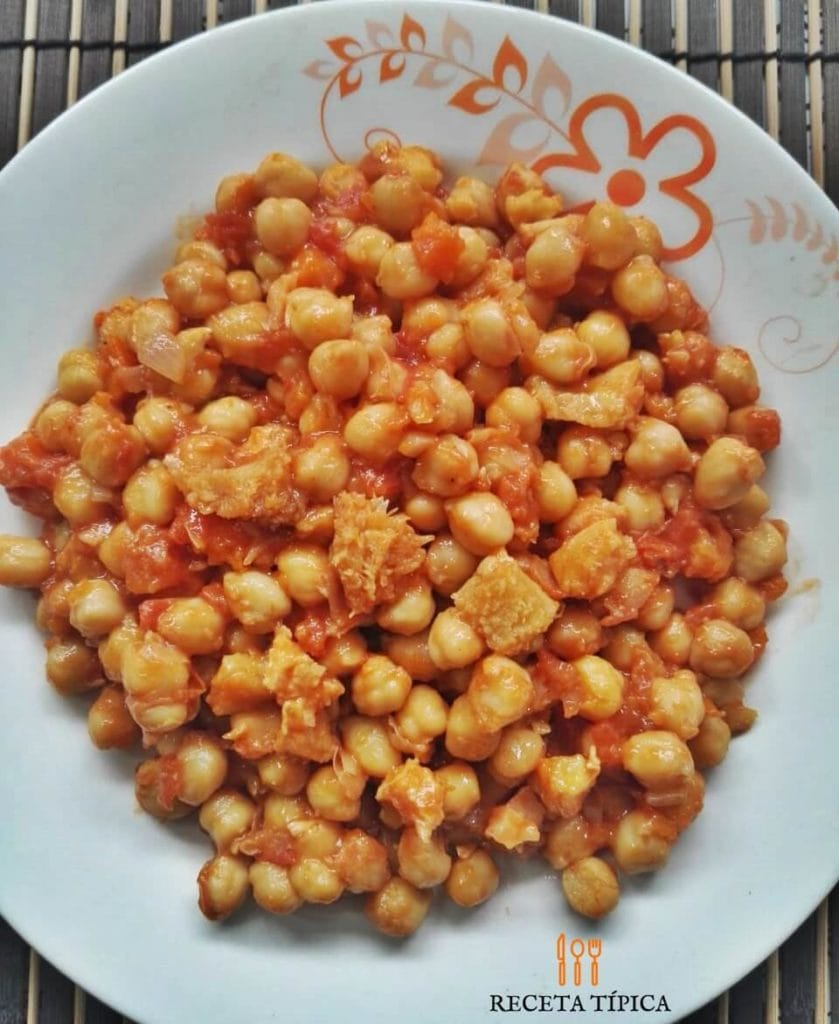 Dish with chickpeas with tripe