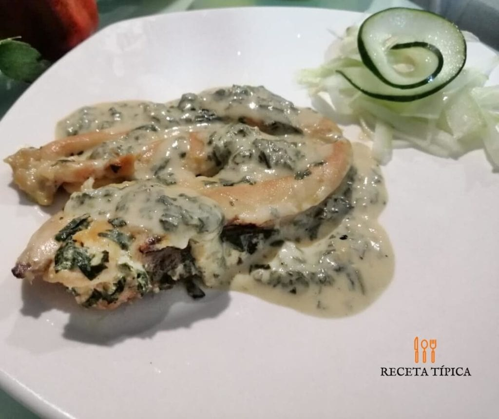 Dish with Chicken Breasts with Creamy Spinach Sauce